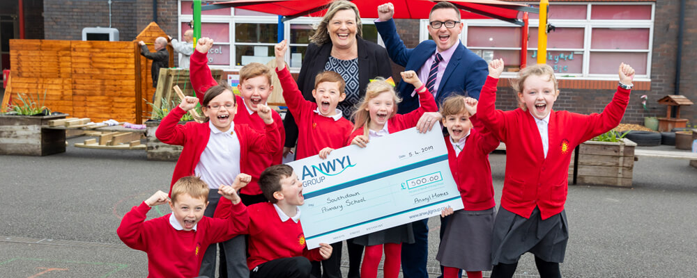 Anwyl donates £500 to school fundraising campaign